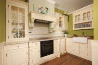 Bílá kuchyně venkovský styl