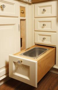 Vysouvací kuchyňský šuplík s nádobou