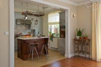 Moderní bílá rustikální kuchyně