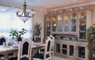 Dřevěné stylové židle stůl a rustikální vitrína