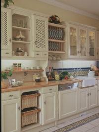 Bílé rustikální vybavení kuchyňského koutu