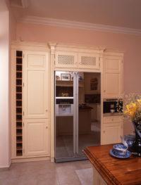 Rustikální skříň zabudovaná lednice