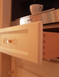 dřevěný vysouvací šuplík