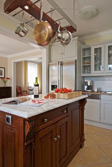 Elegantní kuchyňský kout s barem bílý
